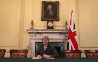 İngiltere Başbakanı Theresa May, AB'ye yollayacağı ihbar mektubunu imzaladı