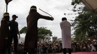 Индонезияда эки кумсага эл алдында балак чабылды
