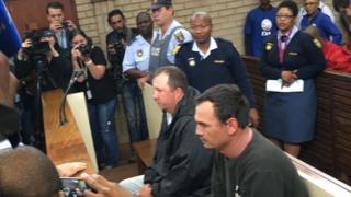 Theo Martins Jackson (ibubamfu) na Willem Oosthuizen (i buryo) babwiye Mlotshwa ko bamuturira ari muzima