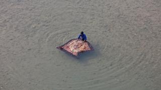 Hindistanın şimalındakı Cammu şəhəri: Kişi şəhərin mərkəzindən axan Tavi çayında yorğan yuyur.