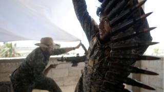 Rakka'da YPG savaşçıları mühimmat dolduruyor. 21 Haziran 2017