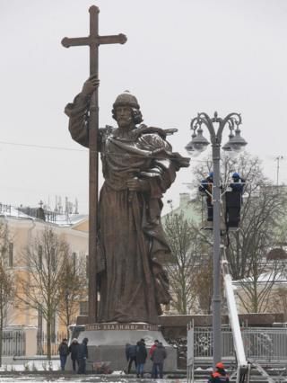 Municipal workers make the last preparations for unveiling the monument to St Vladimir in front of the Kremlin in Moscow, Russia, 3 November 2016