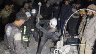 عمال إغاثة في موقع قصف في حلب