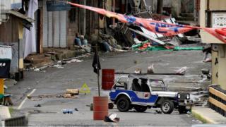 Militanların kontrolündeki bölgelerde IŞİD bayrakları asılı