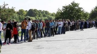 بر اساس گزارشها در روز جمعه تعداد زیادی ساعتها در صف منتظر ماندند ولی نتوانستند رای دهند