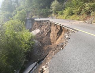 目前九寨溝景區道路多個地段存在不同程度受損,多處山體垮塌。