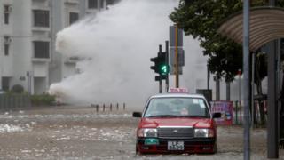 香港杏花邨颱風下海水倒灌淹沒道路(23/8/2017)