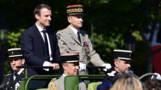 Le général Pierres de Villiers accompagne le président Macron pour la revue des troupes le 14 juillet 2017