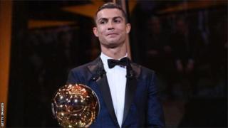 Ce Ballon d'Or 2017 gagné par Ronaldo s'ajoute à ceux qu'il a remportés en 2008, 2013, 2014 et 2016.