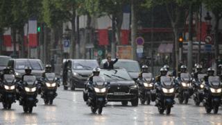Macron yoğun yağış altında halkı selamladı