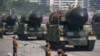 กองทัพเกาหลีเหนือนำอาวุธยุทโธปกรณ์ออกแสดงในพิธีสวนสนามเมื่อเดือนที่แล้ว