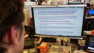 Hombre leyendo una pantalla con la herramienta BeeLine