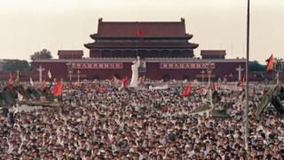 資料圖片:1989年6月2日,大批民眾在天安門廣場聚集,要求中國民主化