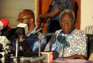 Le président de la commission électorale du Ghana, Kwadwo Afari-Gyan (à droite), annonce les résultats de la présidentielle, le 9 décembre 2012.