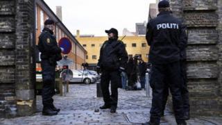 Danimarkalı polisler beklerken görülüyor.