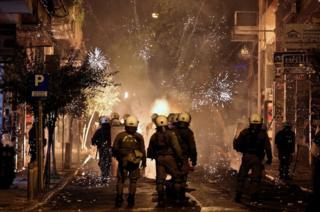 焰火在防暴警察身邊突然燃放