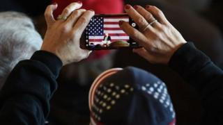 Una mujer tomando una foto con un iPhone