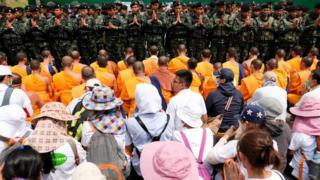 พระวัดพระธรรมกายและกลุ่มผู้สนับสนุนเผชิยหน้ากับทหารที่บริเวณหน้าวัด