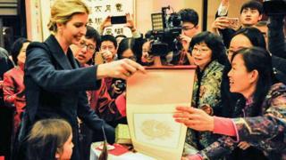 伊万卡携女参加中国驻美国使馆的春节活动。