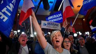 Apoiadores de Le Pen comemoram resultado de domingo