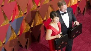Los contadores Martha Ruiz (izq.) y Brian Cullinan (der.) durante la ceremonia de los Oscar 2017