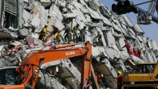 Rescuers search for survivors during the second day of search and rescue operation from a collapsed building following a 6.4 magnitude earthquake struck on 06 February in Tainan City, southern Taiwan, 07 February 2016
