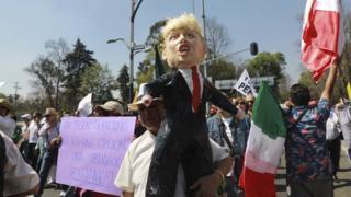 Nümayişçilər Donald Trumpla yanaşı Meksika prezidentini də tənqid ediblər