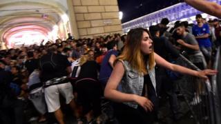 Mujer corriendo tras escuchar una explosión en la plaza San Carlo, en Turín.