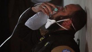 Мужчина дышит в кислородной маске