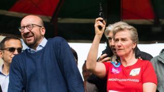 Şahzadə Astrid-in atəş açdığı an və Baş nazir Michel-in buna necə reaksiya verməsi fotoda öz əksini tapıb. 28 may 2017, Brüssel.