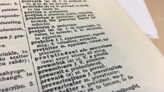 রুমানীয় থেকে ইংরেজি ভাষার অভিধানের একটি পৃষ্ঠা