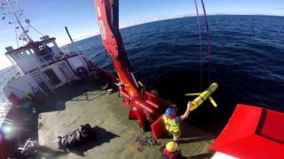 圖為美國海軍人員在操作無人潛航器。