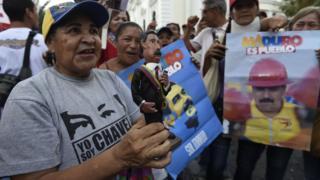 Una simpatizante de Maduro frente a la Asamblea Nacional