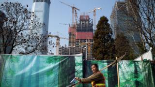 北京街头某建筑工地外的一名工人(28/3/2017)