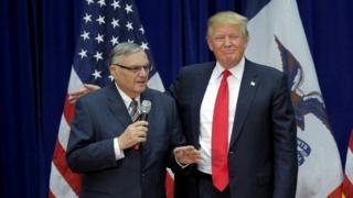 جو آرپایو، کلانتر جنجالی ایالت آریزونا در سخنرانی انتخاباتی آقای ترامپ شرکت داشت