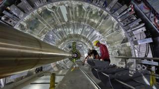 ส่วนหนึ่งของเครื่องชนอนุภาค Large Hadron Collider (LHC)