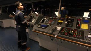 Un miembro de la tripulación del Ebba en la sala de control