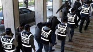 Gözaltına alınan polisler (Arşiv)