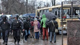 Автобус с задержанными и полиция