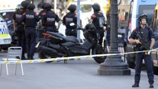 Policías vigilan Las Ramblas