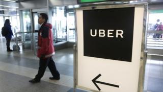 muppy publicitario de Uber en un aeropurto