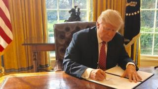 Trump firmó el decreto en privado.