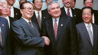江泽民(左)与钱其琛(右)在万国商业机器(IBM)纽约总部参观(31/10/1997)