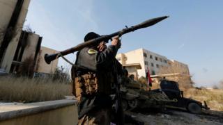 Persenjataan berat digunakan dalam pertempuran merebut Universitas Mosul.
