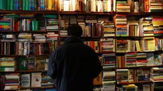 Мужчина в книжном магазине