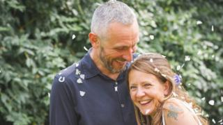 Russell e Wendy Davison no dia do casamento