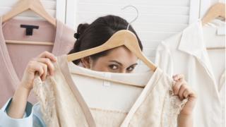 giysi arkasına saklanan kadın