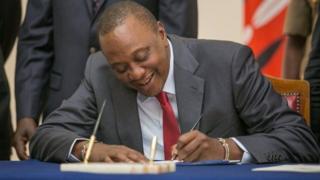 Prezida Uhuru Kenyatta ashira umukono kuri iryo tegeko