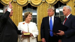 (左から)米大統領執務室で宣誓就任するティラーソン新国務長官とレンダ・セントクレア夫人、トランプ大統領とペンス副大統領(1日)