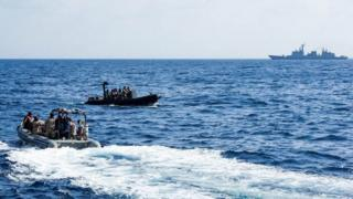 Лодки и корабль в море